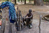 Homem que se prepara para realizar um ritual em Nhambalane