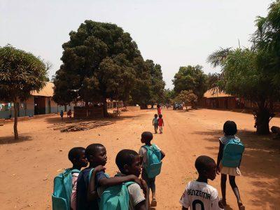 Crianças de Cududó levam-nos da escola para a tabanca