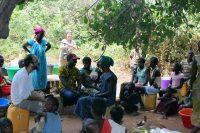 Poço de Cudoló - Mulheres e crianças conversam enquanto esperam pela sua vez de tirar água