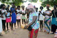 Batambali - Mulheres e crianças cantam e dançam