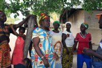Mulheres cantam no Bairro Nema 1, em Buba
