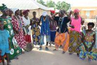 Mulheres dançam em Nhabidjon