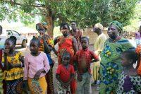 Mulheres e crianças na tabanca Tassilima